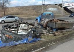 На вул. Грушевського перекинулась вантажівка