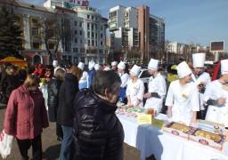 У середмісті черкащан пригощали тістечками