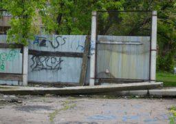 «Кратер» у дворі черкаських житлових будинків