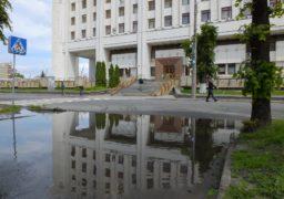 Біля податкової у Черкасах «переплав» замість переходу