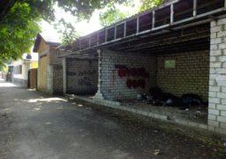 На бул. Шевченка у павільйоні утворився смітник