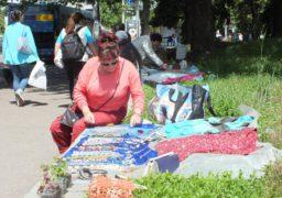 Сувора пенсія: літні жінки заробляють на хліб