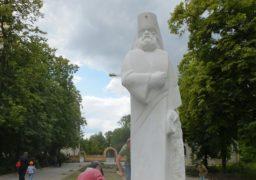 У Соборному сквері встановлюють скульптуру святого лікаря