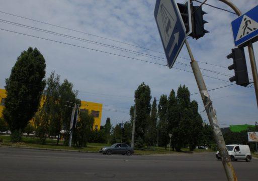 Вкрай небезпечна дорога з непрацюючим світлофором та ледь помітною «зеброю»