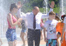 Мокрий мер, багато посмішок та води: У Черкасах відкрили новий фонтан
