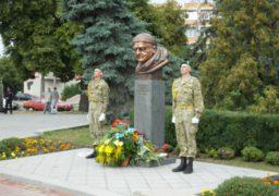 На площі Слави відкрили пам᾽ятний знак генералу Момоту