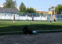 «Подарунок на замку» – щоб пограти у футбол, діти лазять через паркан