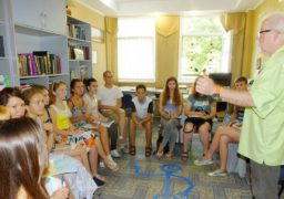 Волонтери зі США вчать черкасців англійської мови