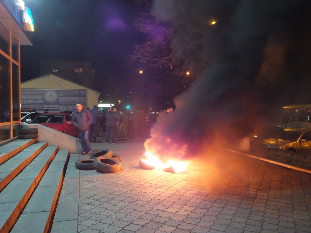 Під ГУНП в Черкасах палають шини