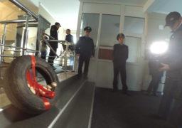 В Черкасах громадські активісти перевірили, чи є на робочому місці новий начальник поліції В.Лютий, та подарували часник як ліки від перевертнів