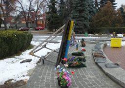 На площі Слави дошка «Героям Небесної Сотні» тримається на чесному слові
