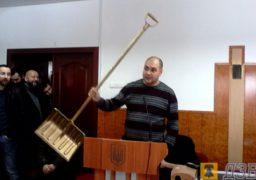На сесії міськради Радуцькому подарували «золоту лопату»