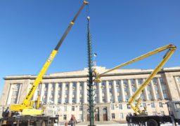 На Соборній площі почали монтувати новорічну ялинку