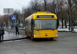 У центрі Черкас тролейбус не розминувся із бордюром