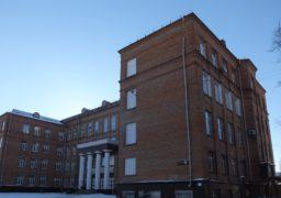 """Ученицю 5 класу, що заявила про моральні тортури з боку вчительки англійської, однокласники обізвали """"крисою-українкою"""", батько викликав до школи поліцію"""