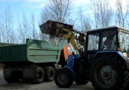 Поблизу «Рів'єри» комунальники прибирають сміття