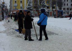 Тротуари у центрі Черкас очищують від снігу