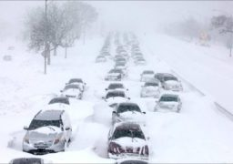 Як пасажири визволяли маршрутку зі снігового полону