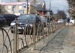Вздовж бульвару Шевченка поступово руйнується огорожа