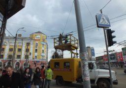 Комунальники у середмісті лагодять електромережу