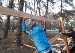 Паркан упав. Активісти знесли огорожу навколо незаконної новобудови в Соснівці