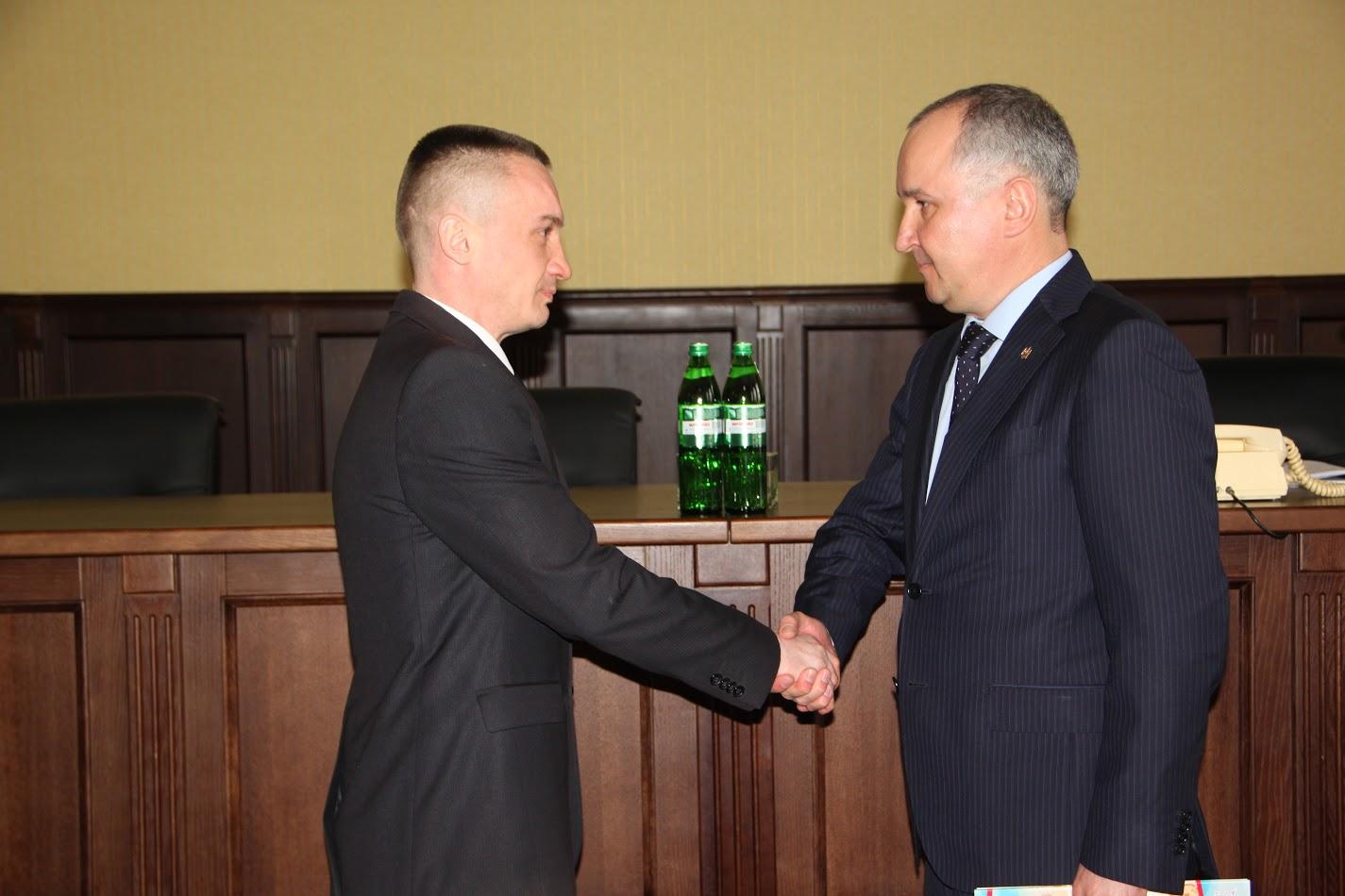 Голова СБУ передав співробітникам у Черкасах сертифікати на квартири