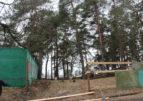 Знов Соснівка: На перехресті вулиць Можайського та Лісова Просіка огороджують ділянку соснового лісу