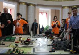 Перед сесією Обласної ради вихованці гуртків робототеніки продемонстрували депутатам свої досягнення