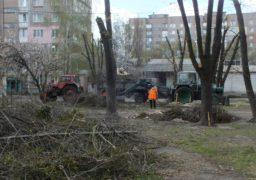 Працівники Соснівської СУБ чепурять місто напередодні Великодня