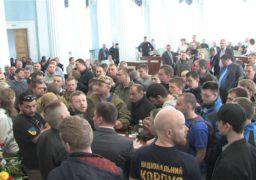 На сесії Черкаської облради знову блокували трибуну та давали стусанів