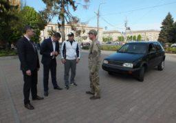 Черкаські чиновники передали військовим автомобіль для виконання бойових завдань на фронті