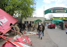 Біля бази «Бакалея» активісти з «Національного корпусу» демонтували наливайку, встановлену без дозвільних документів, яка перекривала пожежний в'їзд до дитячого садочку