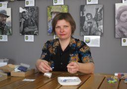Черкаська вчителька відроджує етнічні орнаменти у бісероплетінні