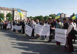 Працівники «Черкасиобленерго» провели акцію протесту під будівлею обласної адміністрації