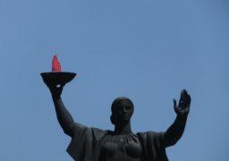 У Черкасах замість «вічного» вогню майорить червона тканина