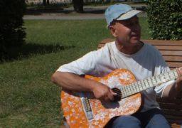 У сквері «Юність» вуличний музикант грає заради миру та милосердя