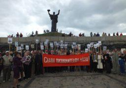 Черкаські комуністи та соціалісти у супроводі поліції поклали квіти до Пагорбу Слави