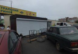 Торговці встановили кіоски на проїзній частині вулиці Гоголя і обнесли їх парканом