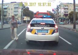 """""""Сувора"""" черкаська поліція не помічає порушників, що кидаються патрульним під колеса"""