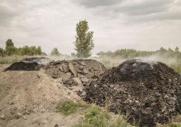 """Журналісти """"Антени"""" виявили біля мікрорайону """"Д"""" нелегальне звалище промислових відходів, що тліють"""
