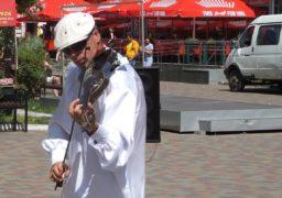 Скрипаль-віртуоз у центрі Черкас грає світову класику