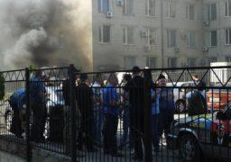 Під судом горіли шини: активісти знову протестують проти рішення суддів Апеляційного суду