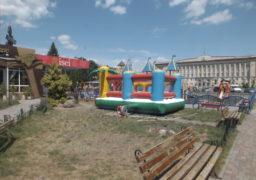 На соборній площі підприємець встановив дитячий атракціон прямо на газон