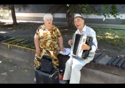 У середмісті тандем музикантів грає традиційні українські мотиви