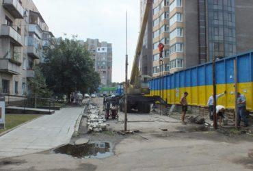 Вулицю Симоненка почали звільняти від паркану