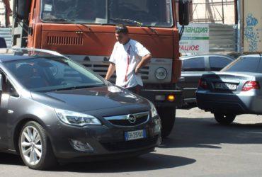 По вулиці Дашкевича зіткнулись вантажівка і легковик