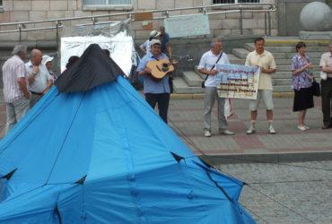 На Соборній площі Черкас письменники поставили курінь і вимагають повернути їм приміщення