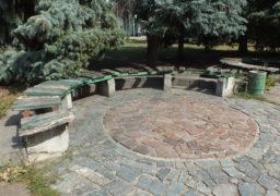 На площі Слави лавочки перебувають у катастрофічному стані