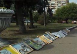 Художниця-пенсіонерка продає власні картини в середмісті Черкас