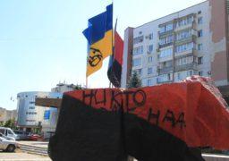 У середмісті Черкасах вкотре спаплюжено пам'ятник Бандері та Шухевичу